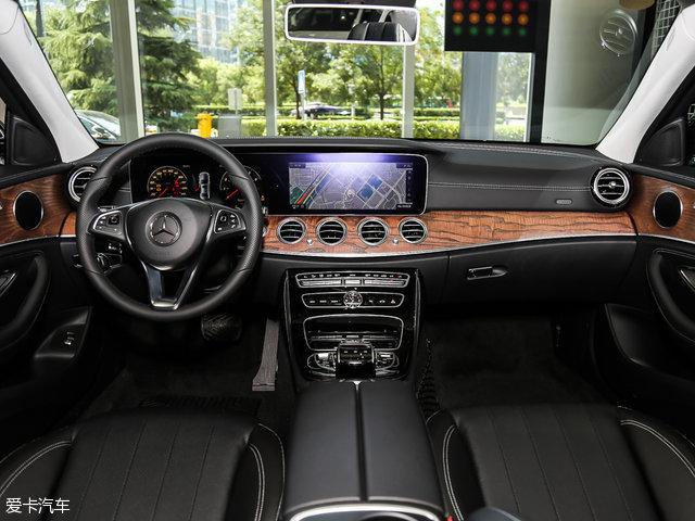 奔驰全新E级长轴版采用了与奔驰S级一致的仪表盘设计,由两块12.3英寸液晶仪表盘贯穿组成,其中左侧12.3英寸液晶屏替代传统仪表盘,具备经典、运动、前卫三种不同风格。而右侧12.3英寸液晶屏功能涵盖了日常用到的所有功能,并且加入了Car-2 X智能云端交互系统。