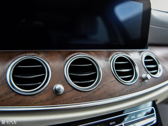 奔驰全新E级长轴版还加入了众多亮点配置,包括主动刹车辅助系统、拥堵紧急刹车功能、避让转向辅助系统、主动式车道变更辅助系统、主动式紧急停车辅助系统、多向遥控泊车、微信互联,智能领航等。