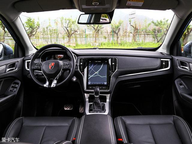 荣威RX5首次配备独立研发的车载专用操作系统YunOS for Car,它将借助独立ID身份账号,提供个性化服务及体验。系统通过不断学习和记忆用户的驾驶路线和习惯,可在出现道路关闭或拥堵状况时,提前通知用户并建议新的路线。它还能预判用户生活中的各类需求,为用户推送专属音乐,在汽车快没油的时候提醒并推送最近的加油站信息。