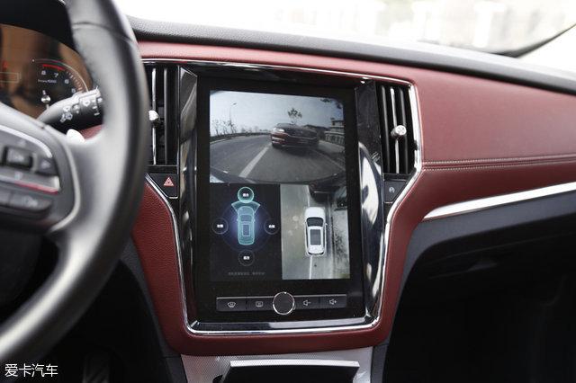 全景影像以俯视车辆的视角而呈现,当然也可以手动切换至某一个摄像头