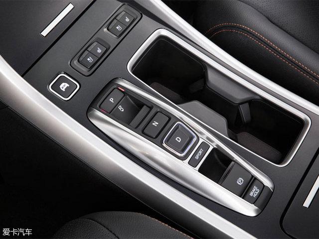 除此之外,不同于汽油版车型所采取 的传统机械式换挡,国产雅阁混动版采取 了电子按键式换挡。多出的EV键可一键切换到纯电动模式。此外,国产雅阁混动版还在前排座椅加热基本 上增加 了前排座椅通风 ,包含 电子手刹 自动驻车功能 也得到了保存 。