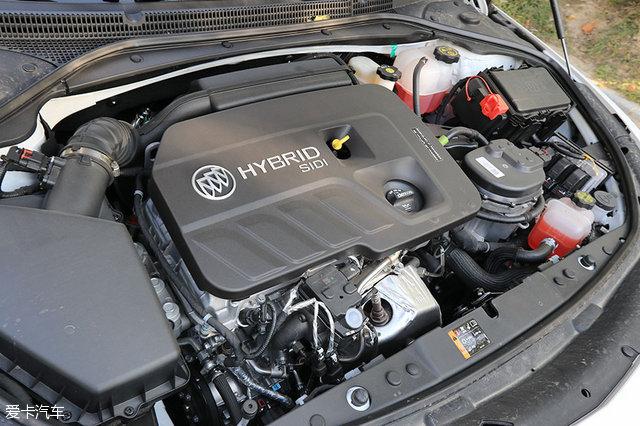 四、内饰与配置   内饰方面,君越30H全混动延续了燃油版车型的设计,但色彩搭配发生了改变。在配置方面,豪华型加入了无边框8.0英寸触摸屏,同时加入苹果CarPlay操作系统、BIP智慧安全系统(主动安全体系)。 混动版内饰设计与燃油版保持一致。而雅士米打孔麂皮绒面内饰和枫木纹饰条的搭配,展现出一种气场。 方向盘功能丰富,仪表盘内的各种信息和功能都需方向盘上的按键完成操作。 仪表盘采用两种样式,分别为运动和舒适。同时,仪表盘还取消了转速表,取而代之的是输出功率表。 方向盘左下侧是HUD抬头显示调节按键,包