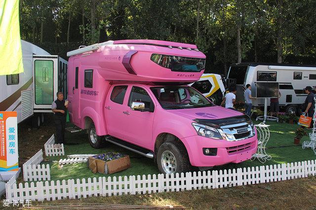 改装的房车被喷成了粉红色,开着它出去,我想回头率肯定不亚于超跑.