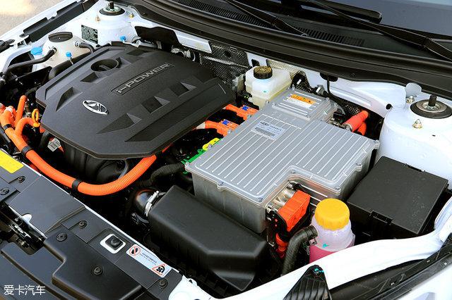 发动机舱布置简洁,并且混合动力电控系统的主要部件被集成在了一起
