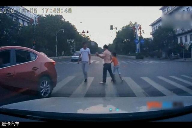 父女过马路被车蹭反被打
